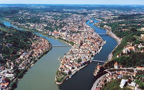 Ortsspitze der Drei-Flüsse-Stadt Passau von oben