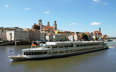 Großes Schiff auf der Donau vor der Stadt Passau