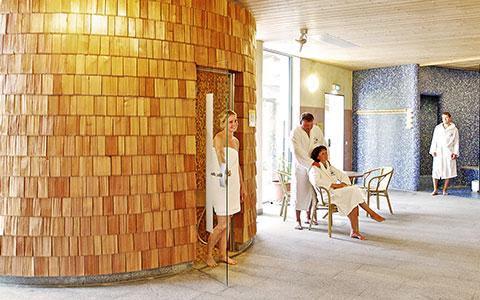 Glückliche Besucher vor einer Sauna in der Therme in Eging am See